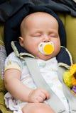 De slaap van de baby in een autozetel Stock Foto