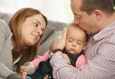 De slaap van de baby in het wapen van de vader Stock Foto