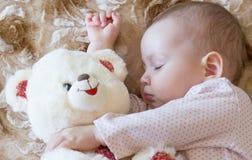 De slaap van de baby met teddybeer royalty-vrije stock foto
