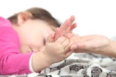 De slaap van de baby neemt de hand van haar moeder Royalty-vrije Stock Foto's