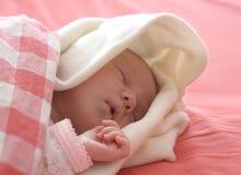 De slaap van de baby in rood stock fotografie