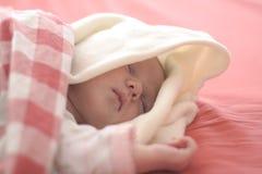 De slaap van de baby in rood stock foto's