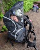 De Slaap van de baby in Rugzak Stock Foto's