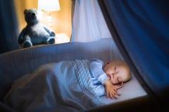 De slaap van de babyjongen bij nacht Royalty-vrije Stock Foto
