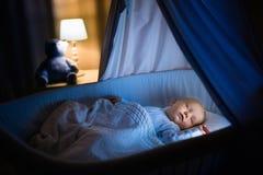 De slaap van de babyjongen bij nacht Royalty-vrije Stock Afbeelding