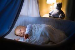 De slaap van de babyjongen bij nacht Stock Afbeeldingen