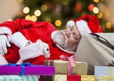 De slaap van de Kerstman op giftdozen Stock Afbeeldingen