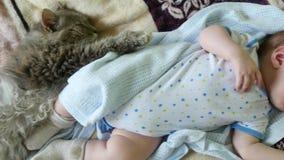 De Slaap van de kindbaby met Kat stock footage