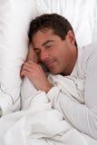 De Slaap van de mens in Bed Royalty-vrije Stock Afbeeldingen