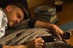 De slaap van de mens in bed Royalty-vrije Stock Afbeelding