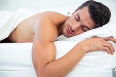 De Slaap van de mens in het Bed royalty-vrije stock afbeelding