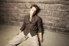 De slaap van de mens op een muur Stock Foto's