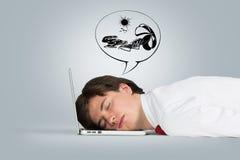 De slaap van de mens op laptop Stock Foto