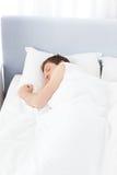 De slaap van de mens in zijn bed Stock Afbeeldingen