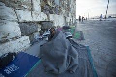 De slaap van de oorlogsvluchteling op de straat Meer dan half zijn migranten van Syrië, maar er zijn vluchtelingen van andere lan royalty-vrije stock afbeeldingen
