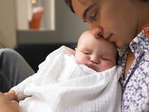 De Slaap van de vader en van de Baby. Royalty-vrije Stock Afbeeldingen