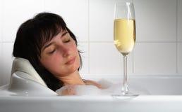 De slaap van de vrouw in bad met glas Stock Fotografie