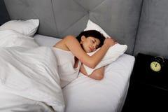 De slaap van de vrouw in bed Stock Fotografie