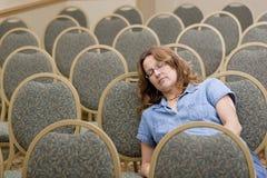 De slaap van de vrouw bij het boring van conferentie Royalty-vrije Stock Foto's