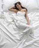 De slaap van de vrouw in het bed Royalty-vrije Stock Fotografie