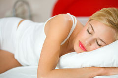 De slaap van de vrouw op bed Stock Foto's