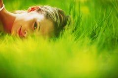 De slaap van de vrouw op gras Stock Foto's