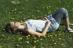 De slaap van de vrouw op gras Stock Foto