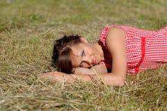 De slaap van de vrouw op groen gras Stock Foto