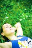 De slaap van de vrouw op groen gras royalty-vrije stock fotografie