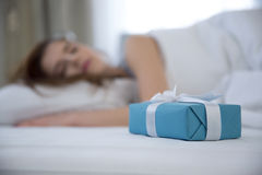 De slaap van de vrouw op het bed Stock Fotografie