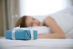 De slaap van de vrouw op het bed Stock Foto's