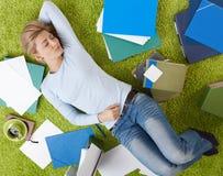 De slaap van de vrouw op vloer Stock Foto