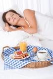 De slaap van de vrouw in wit bed Royalty-vrije Stock Afbeelding