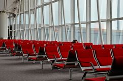 De slaap van de vrouwenreiziger in Hong Kong Airport Stock Foto
