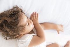 de slaap van het babymeisje Stock Afbeeldingen