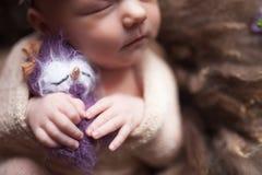 De slaap van het de babymeisje van de close-upzuigeling bij achtergrond Pasgeboren en mothercare concept stock afbeelding