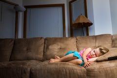 De slaap van het kind bij nacht. stock afbeelding