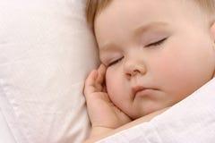 De slaap van het kind met hand onder zijn wang royalty-vrije stock afbeeldingen