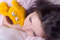 De slaap van het meisje in bed stock afbeelding
