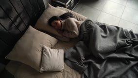 De slaap van het meisje in bed stock footage