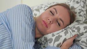 De slaap van het meisje in bed stock video
