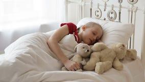 De slaap van het meisje in haar bed stock videobeelden