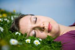 De slaap van het meisje in het gras royalty-vrije stock fotografie