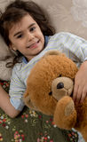De slaap van het meisje met teddybeer Stock Foto's