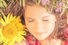 De slaap van het meisje onder bloemen Royalty-vrije Stock Fotografie