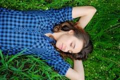 De slaap van het meisje op het gras Royalty-vrije Stock Foto's