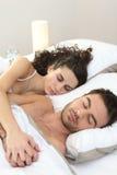 De slaap van het paar in bed royalty-vrije stock afbeelding