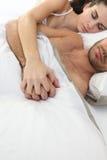 De slaap van het paar in bed stock fotografie