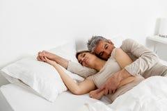 De Slaap van het paar in Bed Royalty-vrije Stock Foto