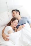 De Slaap van het paar in Bed Stock Foto's